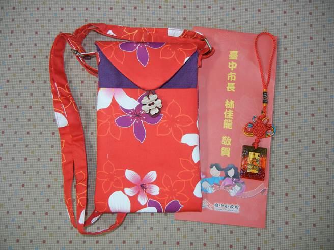 為推動台中市的生育福利政策,東勢戶政事務加碼贈送「寶貝祈福袋」。(王文吉翻攝)