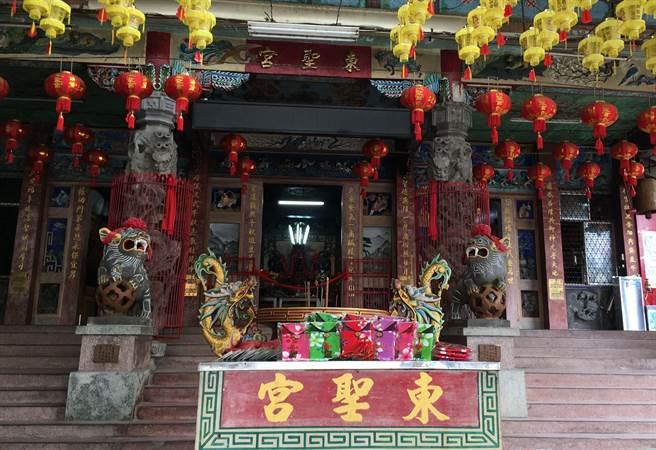 媽祖聖像和「寶貝祈福袋」有東聖宮媽祖加持,祝福新生兒健康長大。(王文吉翻攝)