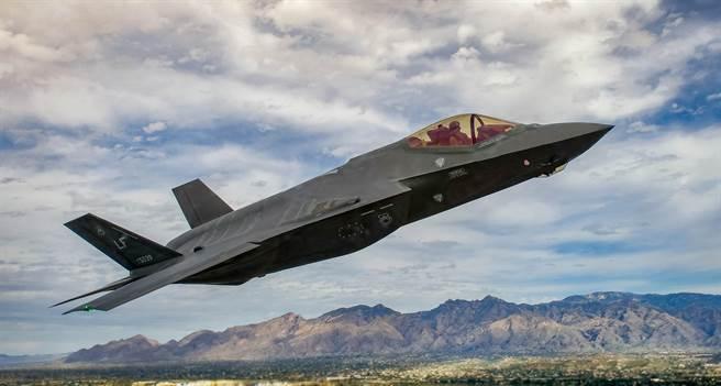 一架美國空軍F-35A戰機2016年3月5日在亞利桑那州戴維斯-蒙森空軍基地(Davis-Monthan Air Force Base)參訓的畫面。(美國空軍)