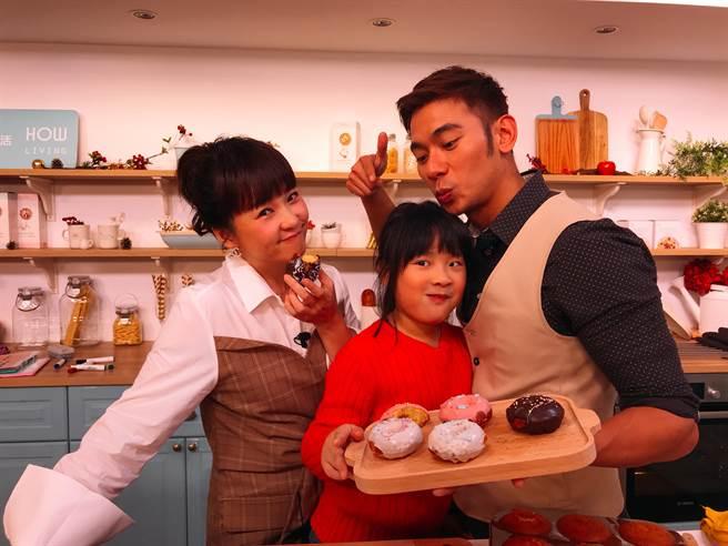 亮哲帶女兒小菩一起上直播節目。(圖片提供:美味生活)