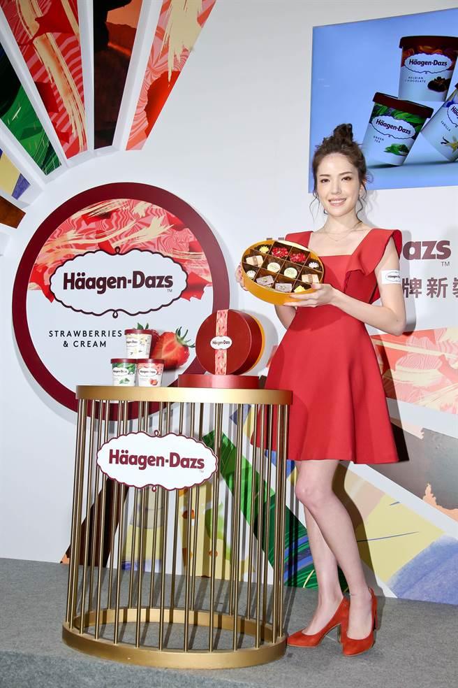 許瑋甯身穿一襲紅色喜氣洋裝出席記者會。(羅永銘攝)