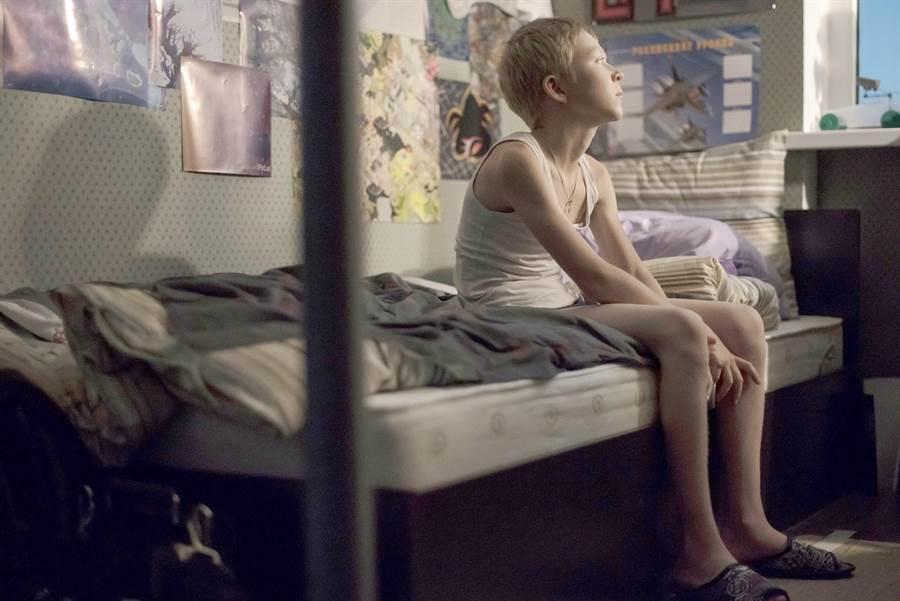 《當愛不見了》小孩偷聽到父母爭吵卻不敢出聲的畫面,令人心碎。(海鵬提供)