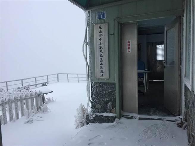 玉山積雪。(圖/氣象局提供)