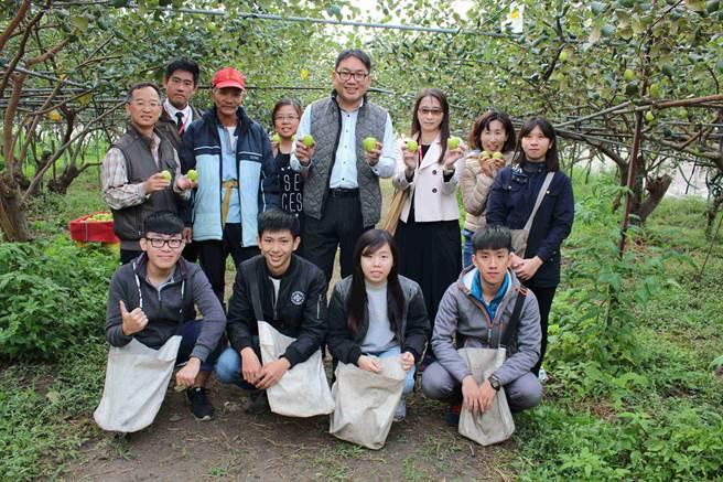 第一科大研發長蔡匡忠(中)率教職同仁拜訪燕巢在地有機棗園楊安和園長及打工學生。(第一科大提供)