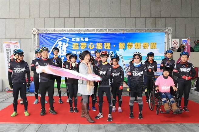 弱勢孩童單車環台公益活動今天由台中啟程,台中市副市長林依瑩授旗歡送。(盧金足攝)