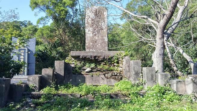 恆春文史工作者念吉成在牡丹鄉四林格部落發現有完整文字記載的忠魂碑,但卻未獲得應有的保存,立碑底座崩壞不堪,四周更是雜草叢生。(念吉成提供)
