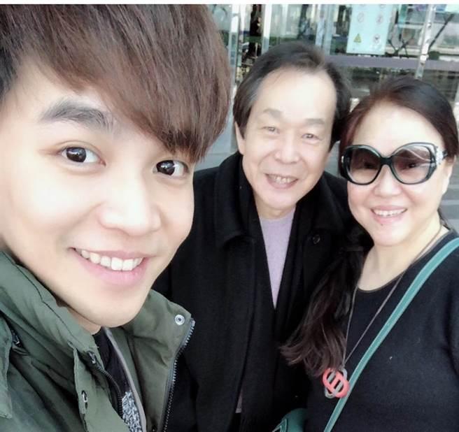 張峰奇(左)很受爸媽的疼愛。(取自臉書)