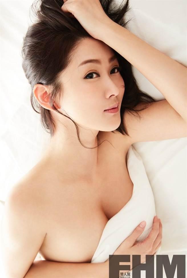 陳珮騏大露美乳。(《FHM男人幫國際中文版》提供)