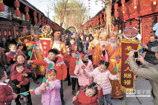 閬中保留有春節老人賜福的傳統。(張曉東攝)