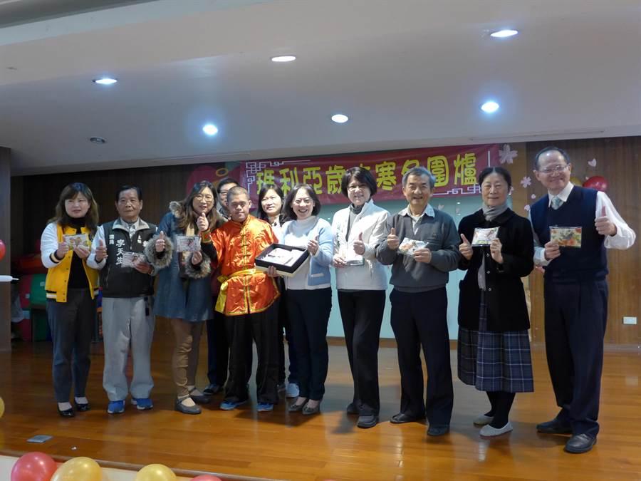 瑪利亞霧峰教養家園的身心障礙學員贈送自製產品「蝶谷巴特包」給市長夫人廖婉如(右5)。(林欣儀攝)