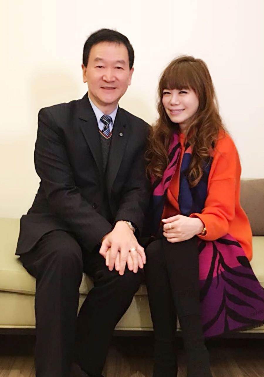 (左起)宏國關係事業總公司飯店事業部副總裁兼任台北凱撒飯店總經理 皮金營與樂時尚總編輯溫筱鴻。(圖╱ 樂時尚)