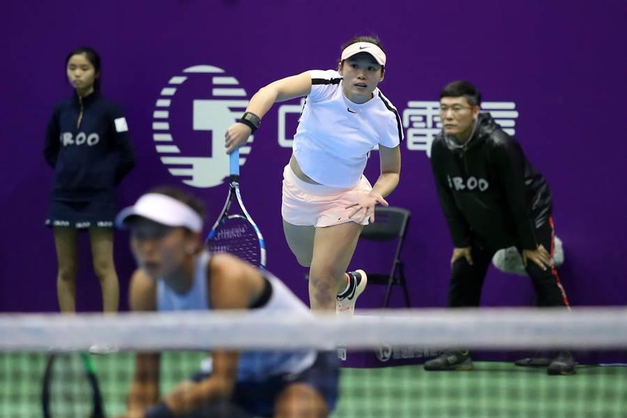 莊佳容(上)與張凱貞後來居上,淘汰烏克蘭雙胞胎殺入WTA台灣賽女雙4強。(李弘斌攝)