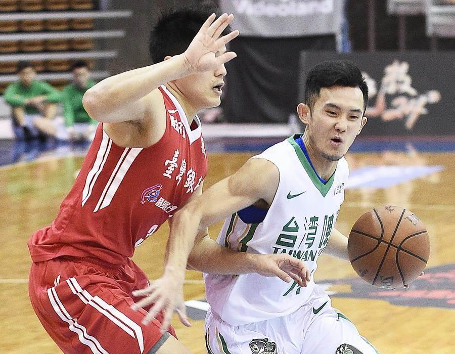 台啤後衛蔣淯安(右)2日攻下本季新高24分。(中華籃協提供)