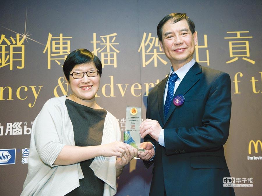 凱絡媒體台灣董事總經理劉光萱(左)代表領獎。圖/安吉斯集團提供