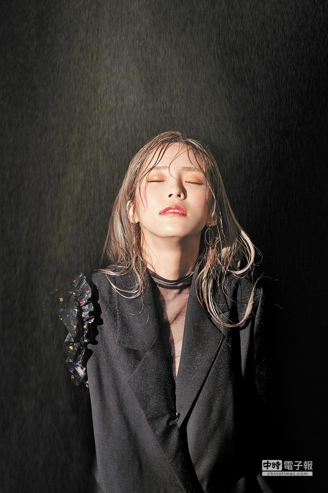 韓國最強Solo女歌手Heize擔任首場演出。