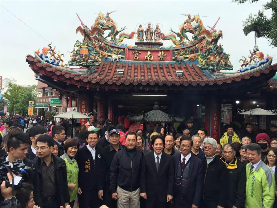行政院長賴清德到紫南宮參拜,受到信眾熱烈歡迎。(廖志晃攝)