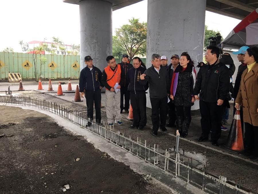 台中市長林佳龍(右2)3日上午視察龍井區直排輪曲棍球場,強調要打造運動環境。(林欣儀攝)