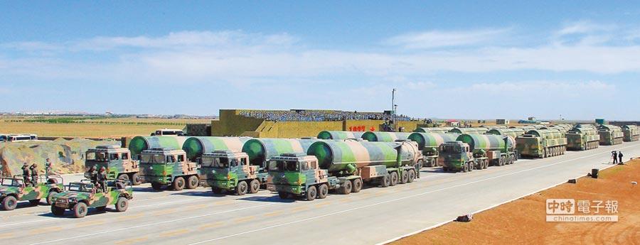 2017年7月30日,解放軍建軍90周年閱兵在內蒙古的朱日和訓練基地舉行,核飛彈方隊接受檢閱。(新華社)