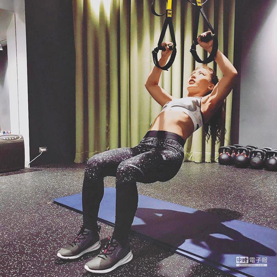 艾怡良近期迷上健身,鍛鍊好身材。(取材自臉書)