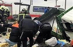 把人當豬載 貨車後車斗甩出2死12輕重傷