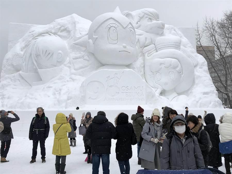 札幌雪祭為紀念已故漫畫家手塚治虫的90周年冥誕,10丁目展出《手塚治虫 冥誕90周年紀念全明星展》。(黃菁菁攝)