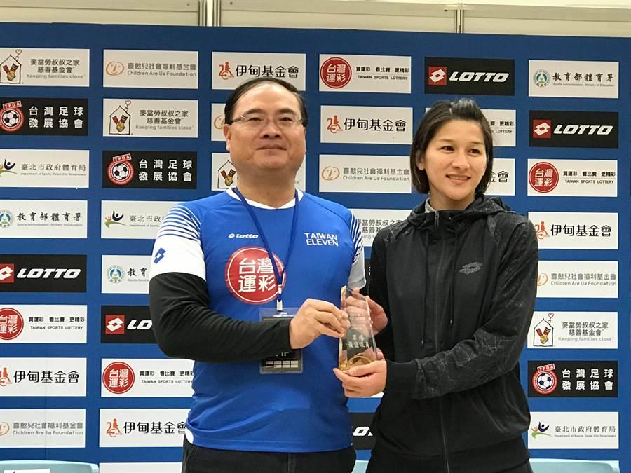 余秀菁(右)獲頒台灣運彩盃地主最佳球員獎。(李弘斌攝)