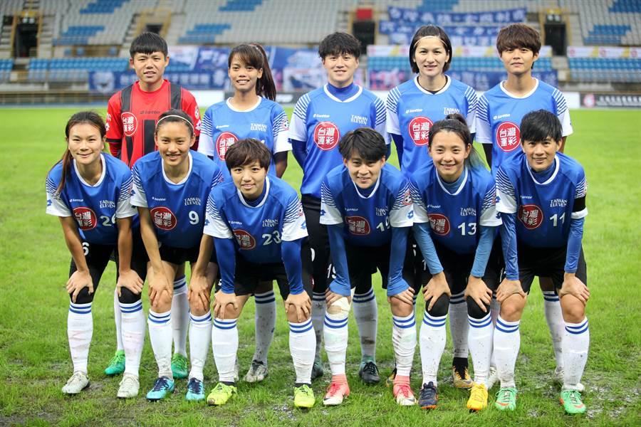 包括王湘惠(前排左一)在內,多名中華女足國腳組成台灣菁英隊,在台灣運彩盃迎戰仙台七夕女足隊。(台灣足球發展協會提供)