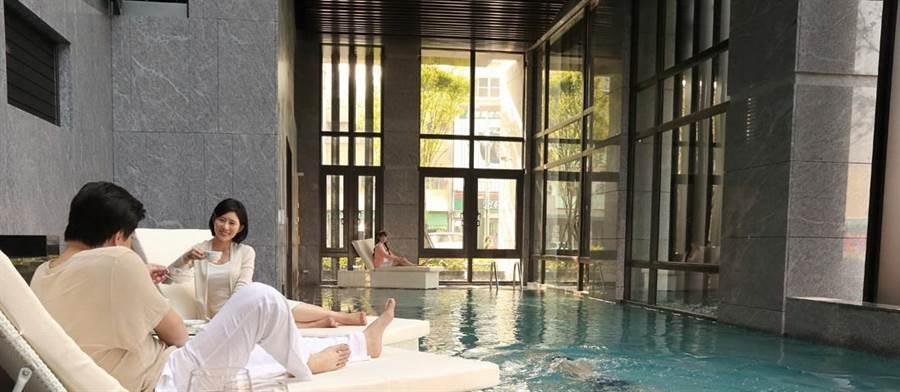 游泳會館提供住戶回像度假的休閒空間,打造限量精品宅。(盧金足翻攝)