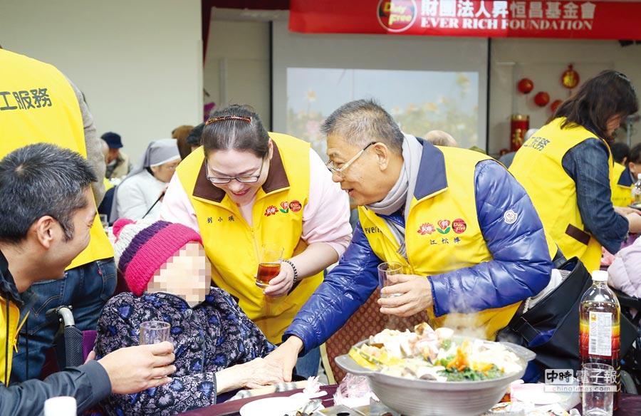 昇恆昌董事長江松樺每年都會率志工團隊於歲末年終提前與長者們吃團圓飯,貢獻企業服務之心。圖/李麗滿