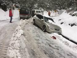 賞雪未加掛鐵鍊 車打滑30分鐘脫困