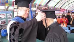 他為報母恩 鐵窗苦讀8年半空中大學畢業