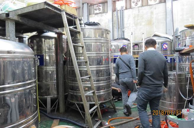 警方歷經半年追查,上月31日前去威力酒廠查緝,發現設備簡陋,也無合格的釀酒機具設備,現場衛生環境甚差,嚴重危害食安。(劉宥廷翻攝)