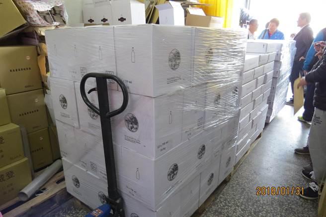 每瓶紅酒的成本約10至20元,卻翻倍賺,每瓶賣200至1800元不等,當場查扣各類酒品及半成品16萬公升。(劉宥廷翻攝)