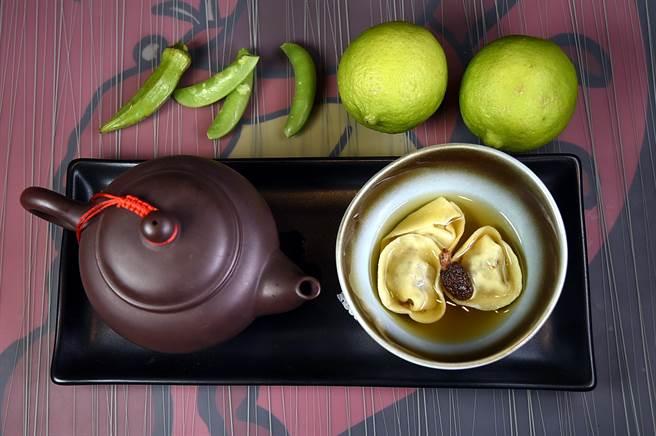 〈松露餃烏龍茶雞湯〉的餃子內餡有松露和帕達諾起司。(圖/姚舜攝)