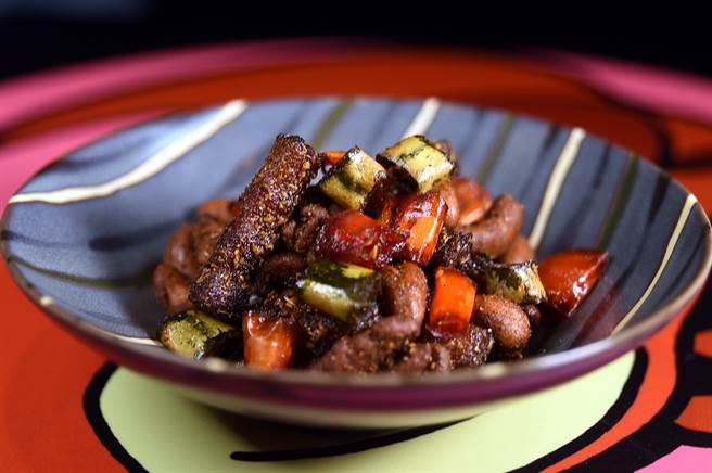〈辣豆子培根/150元〉是將堅果蜜漬後再裹上麵衣酥炸,然後拌入培根與紅綠辣椒,味道甜鹹辣交織,非常適合下酒。(圖/姚舜攝)