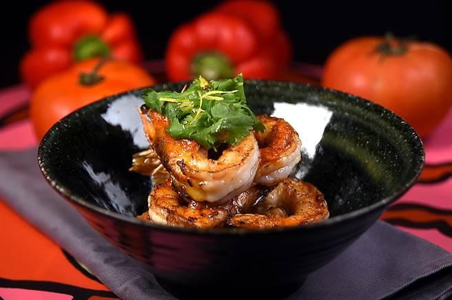 每份220元的〈蝦子辣豆鍋〉,油煎的盧蝦下襯著的是用白豆、黑班牙臘腸和青椒與洋蔥煨煮的豆泥。(圖/姚舜攝)