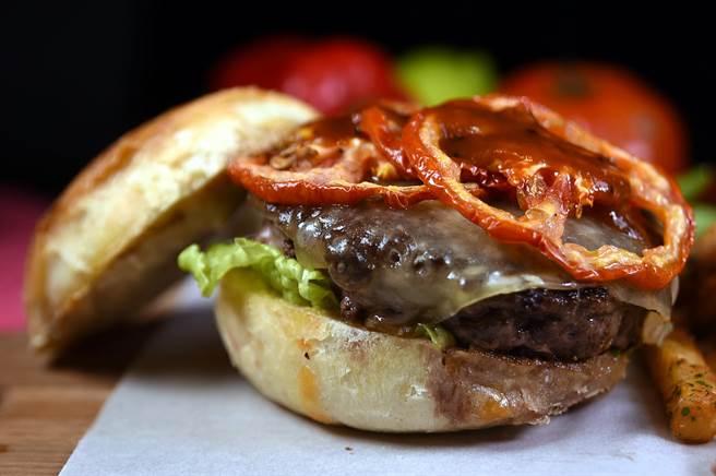 〈D&C Bistro〉的〈和牛漢堡〉,用了澳洲和牛和日本和牛做成漢堡排,並舖了一片氣味濃郁的格魯耶爾乳酪(Gruyere Cheese),同時用蜂蜜芥末美乃滋提味,此高檔的精品級漢堡每份要380元。(圖/姚舜攝)