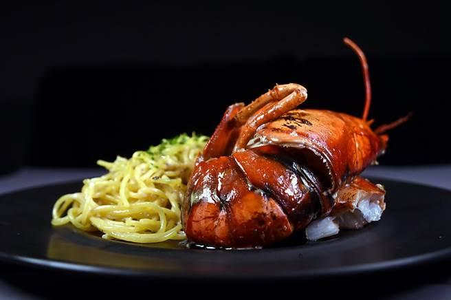 〈海龍王長麵/680元〉是用半隻龍蝦,搭配用奶油與蒜頭烹製的義大利麵,是菜單中單價最高的菜式。(圖/姚舜攝)
