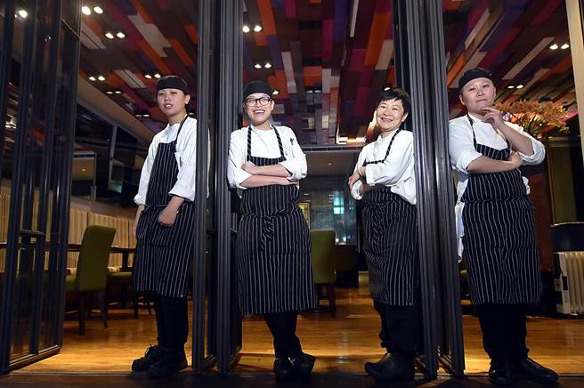教父系列餐廳總主廚吳曉芳(右2)帶領的〈D&C Bistro〉廚藝團隊,成員都很年輕,對料理充滿熱情與創意。(圖/姚舜攝)