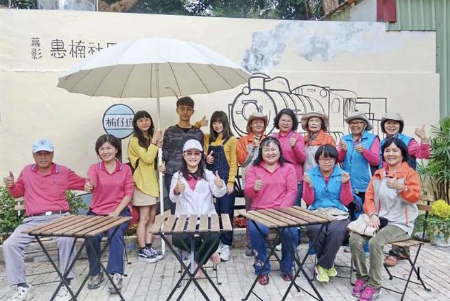 樹科大學子參與「大學生根」計畫,將楠梓惠楠社區進行改造,彩繪蒸汽火車,喚起老住民昔日回憶。(柯宗緯翻攝)