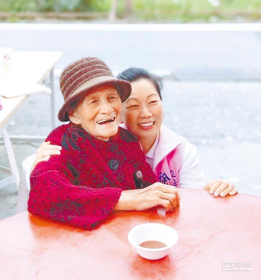 徐榛蔚(右)親民親切的作風,在部落的人氣甚至比縣長丈夫還要紅。(許家寧翻攝)