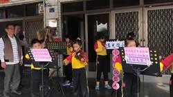 玉光國小「自信快閃」 小小街頭藝人現身佳冬熱鬧街頭拉小提琴