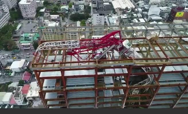 花蓮潔西艾美酒店21樓頂應聲而倒的吊臂,橫倒在頂樓工地。(翻攝畫面)