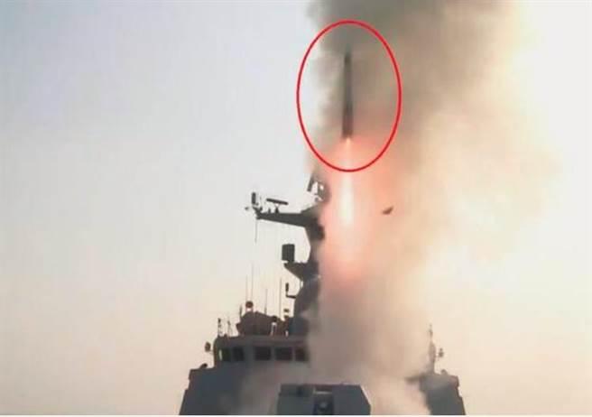 中國海軍舟山艦疑似試射紅旗-26海基反導飛彈。(網路)