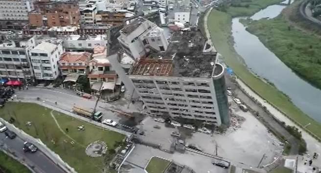 花蓮規模6強震造成四幢建物塌與傾斜,中天電視空拍大樓傾斜怵目驚心畫面。(中天電視鄉  )