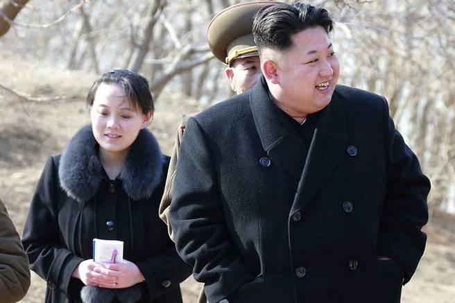 金正恩(右)的胞妹金與正(左)確定參加平昌冬奧,將成為首位踏上南韓土地的金氏家族成員。(圖/美聯社)