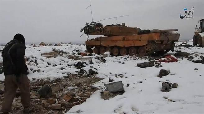 土耳其的豹2A4在敘利亞北部遭到各種痛擊,豹2可能有一些弱點,但是土耳其裝甲部隊的素質問題更大。(圖/defence-blog)
