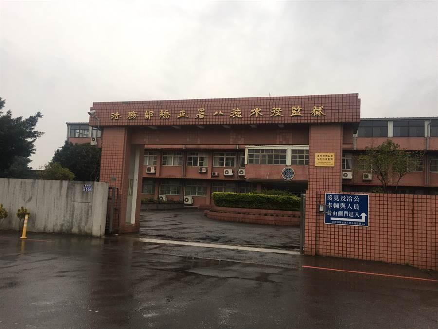王淇政獲得釋票後今天下午3點53分從八德外役監離開。(葉臻攝)