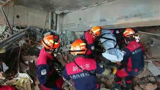 瓦礫堆中尋獲江振昌 女兒淚眼迎父親遺體
