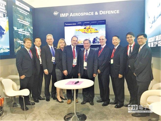 亞航公司董事長盧天麟(右五)、IMP公司總經理 David Gossen(右六)與雙方工作團隊合影。圖/亞航提供